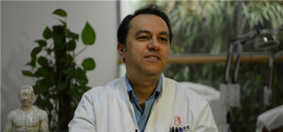 「洋中醫」胡曼:將針灸作禮物 送給世界更多患者