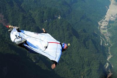 北青報評:張家界女翼裝飛行員失事 如何挑戰極限運動